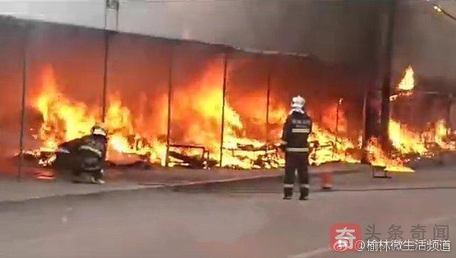 横山一水果市场凌晨突发大火 数十间摊点被烧毁